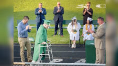 Estudiante que quedó paralizado jugando fútbol americano camina hacia el escenario en su graduación