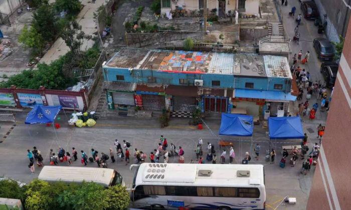 Los residentes de Heyuan en 12 edificios se vieron obligados a trasladarse a un hotel para la cuarentena centralizada en el distrito de Liwan, Guangzhou, en la noche del 7 de junio. (Proporcionado a The Epoch Times)