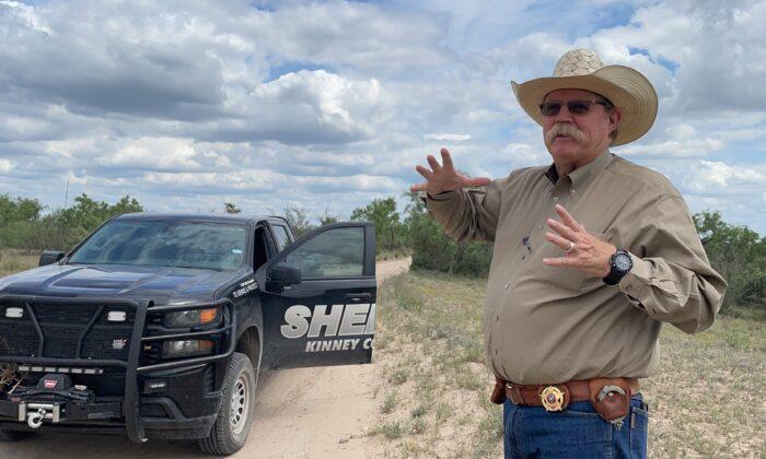 El sheriff del condado de Kinney, Brad Coe, habla sobre el impacto de la crisis fronteriza en su condado, en Brackettville, Texas, el 23 de mayo de 2021. (Charlotte Cuthbertson/The Epoch Times)