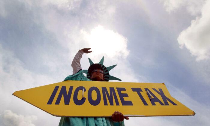 Cartel que anuncia una oficina de declaraciones de impuestos en Miami, Florida, el 14 de abril de 2010. (Joe Raedle/Getty Images)