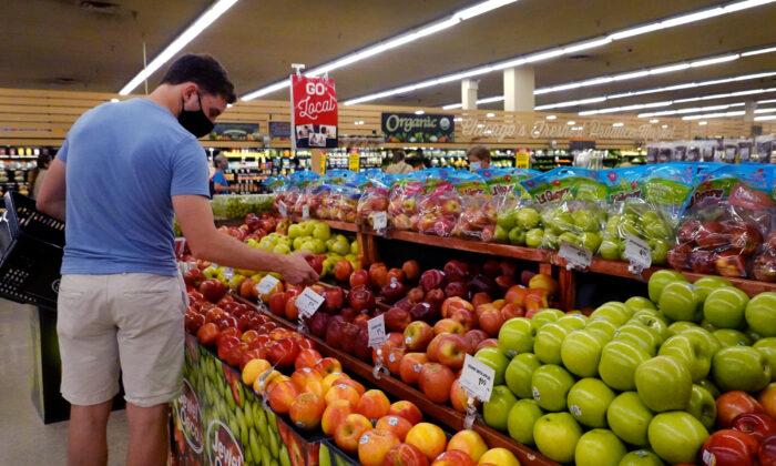 Los clientes compran productos en un supermercado, el 10 de junio de 2021, en Chicago, Illinois. (Scott Olson/Getty Images)