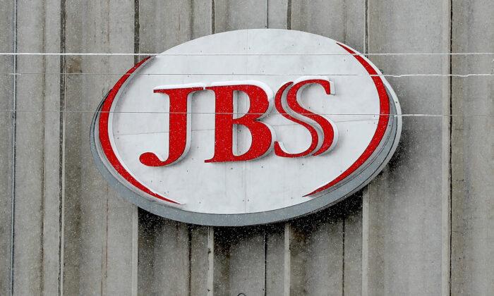 El logotipo de la empresa cárnica JBS. (Matthew Stockman/Getty Images)