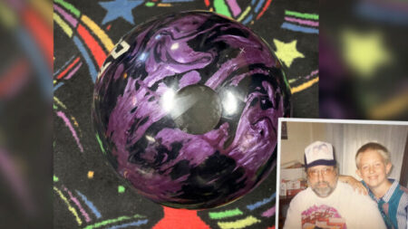 Campeón de bolos logra un 300 perfecto con bola que tenía las cenizas de su padre en una competencia