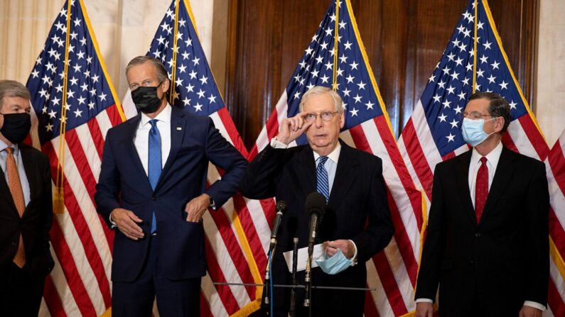 (De izq. a der.) Los senadores Roy Blunt (R-Mo.), John Thune (R-S.D.), el líder de la mayoría Mitch McConnell (R-Ky.) y John Barrasso (R-Wyo.) hablan con los medios de comunicación en el Capitolio de EE. UU. en Washington, el 10 de noviembre de 2020. (Tasos Katopodis/Getty Images)