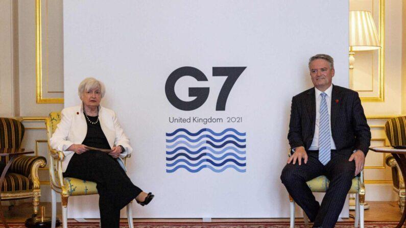 El secretario general de la OCDE, Mathias Cormann (D), se reúne con la secretaria del Tesoro de Estados Unidos, Janet Yellen (i), en Londres, Reino Unido, el 5 de junio de 2021. (Rob Pinney/AFP vía Getty Images)