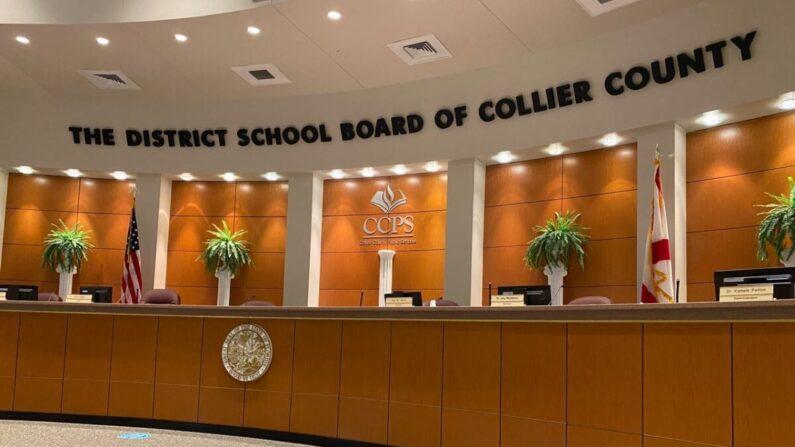 A la espera de que los miembros de la Junta Escolar del Condado de Collier convoquen la audiencia relativa a los libros de texto que se está considerando adoptar para su uso en las aulas del distrito, el 7 de mayo de 2021. (Patricia Tolson/The Epoch Times)
