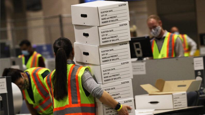 Trabajadores electorales cuentan las papeletas en Filadelfia, Pensilvania, el 4 de noviembre de 2020. (Spencer Platt/Getty Images)