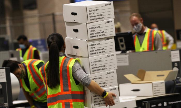 Unos trabajadores cuentan boletas en Filadelfia (Pensilvania) el 4 de noviembre de 2020. (Spencer Platt/Getty Images)