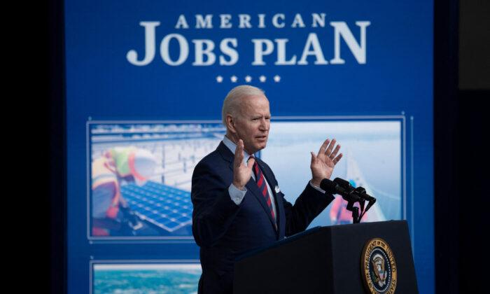 El presidente Joe Biden habla sobre la inversión en infraestructuras desde la oficina Eisenhower Executive Office Building de la Casa Blanca, en Washington, el 7 de abril de 2021. (Brendan Smialowski/AFP vía Getty Images)