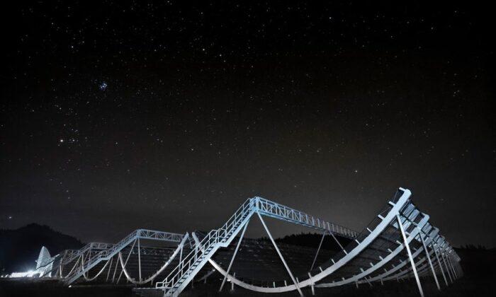 El gran radiotelescopio CHIME, que ha detectado más de 500 misteriosas ráfagas de radio rápidas en su primer año de funcionamiento, según investigadores del MIT. (Colaboración con CHIME)