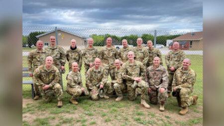 Soldados se afeitan la cabeza para apoyar a hermana de un compañero que lucha contra el cáncer