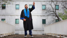 Encargado de mantenimiento de una escuela se gradúa como profesor tras 23 años limpiando las aulas