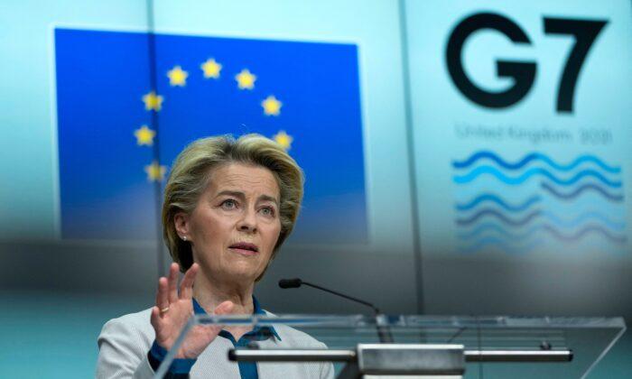 La presidenta de la Comisión Europea, Ursula von der Leyen, habla durante una conferencia de prensa conjunta con el presidente del Consejo Europeo antes de la cumbre del G7, en la sede de la UE en Bruselas, el 10 de junio de 2021. (Francisco Seco/Pool/AFP vía Getty Images)
