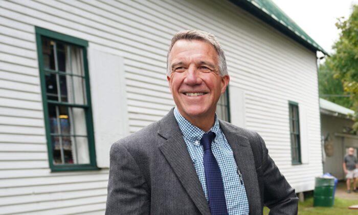 El gobernador de Vermont, Phil Scott, posa en la Feria Mundial de Tunbridge, en esta ciudad, el 14 de septiembre de 2018. (Don Emmert/AFP vía Getty Images)