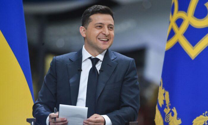 El presidente ucraniano Volodymyr Zelensky ofrece una rueda de prensa en la planta de fabricación de aviones Antonov en Kiev el 20 de mayo de 2021. (Sergei Supinsky/AFP vía Getty Images)