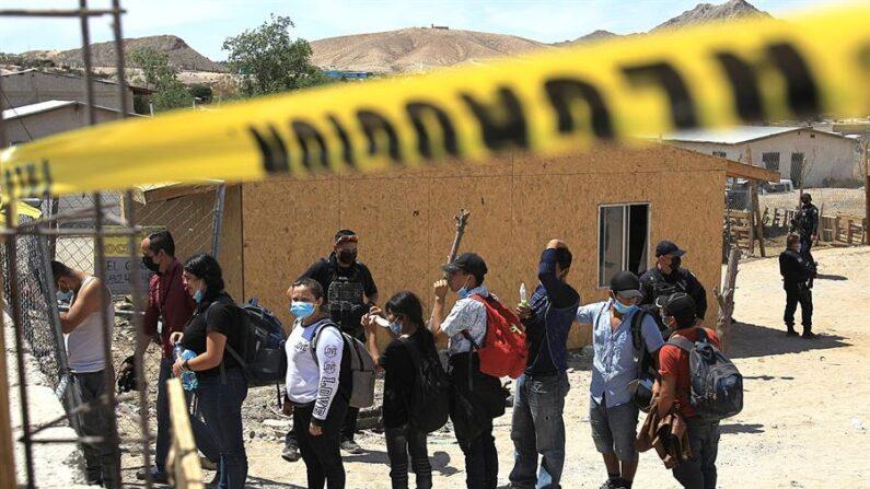 Agentes de la Fiscalía General de la República escoltan desde una casa a más de un centenar de migrantes secuestrados el 9 de junio de 2021, en Ciudad Juárez, estado de Chihuahua (México). EFE/ Luis Torres