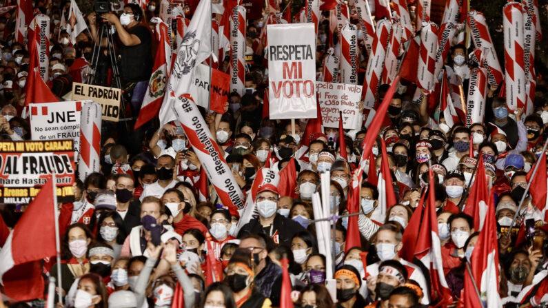 """Ciudadanos participan de la manifestación """"Marcha por la Democracia"""" el 19 de junio de 2021, en Lima, Perú (Antonio Guzmán/EFE)"""