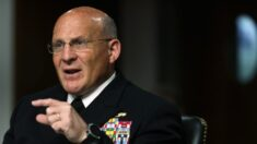 """Jefe de la Marina defiende recomendación de que los marineros lean libro """"antirracista"""""""