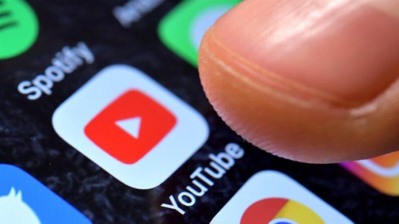 Fotografía detalle que muestra la aplicación de YouTube en un iPhone. EFE/SASCHA STEINBACH/Archivo