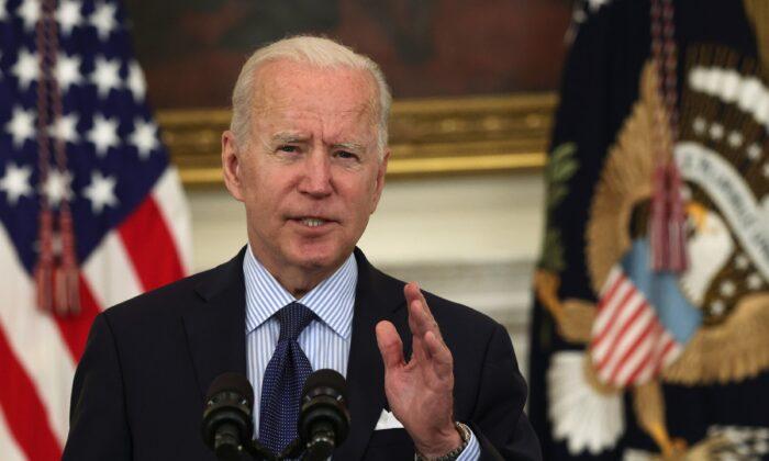 El presidente Joe Biden hace comentarios sobre la respuesta a la pandemia de COVID-19 y sobre el programa de vacunación durante un evento en el Comedor Estatal de la Casa Blanca, en Washington, el 4 de mayo de 2021. (Alex Wong/Getty Images)