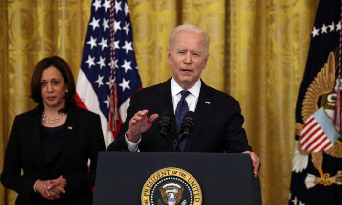 El presidente de Estados Unidos, Joe Biden, acompañado por la vicepresidenta Kamala Harris, habla antes de la ceremonia de firma de la Ley COVID-19 contra los delitos de odio en la Sala Este de la Casa Blanca, en Washington, el 20 de mayo de 2021. (Anna Moneymaker/Getty Images)
