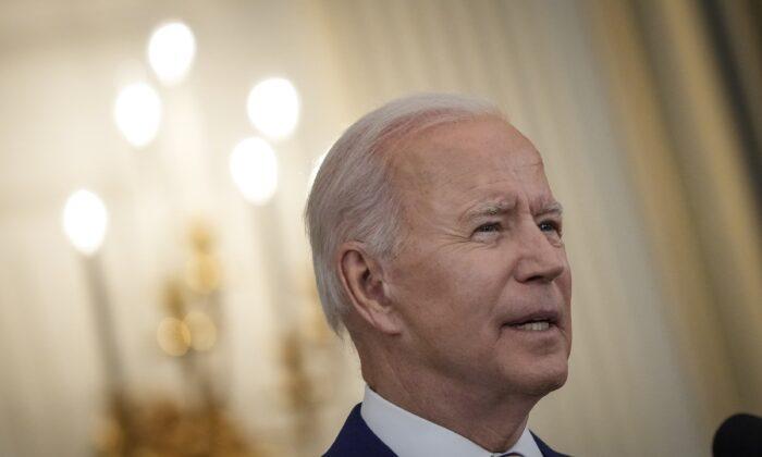 El presidente Joe Biden habla en el Comedor Estatal de la Casa Blanca, en Washington, el 18 de junio de 2021. (Drew Angerer/Getty Images)