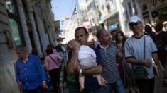Argentino pedía trabajo en la calle con su bebé, ahora trabajará para una marca internacional de autos