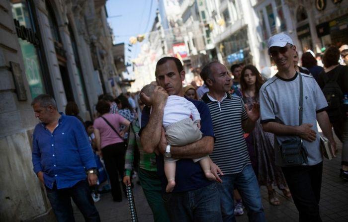 Hombre que pedía trabajo en la calle con su bebé, ahora trabajará para una marca internacional de autos