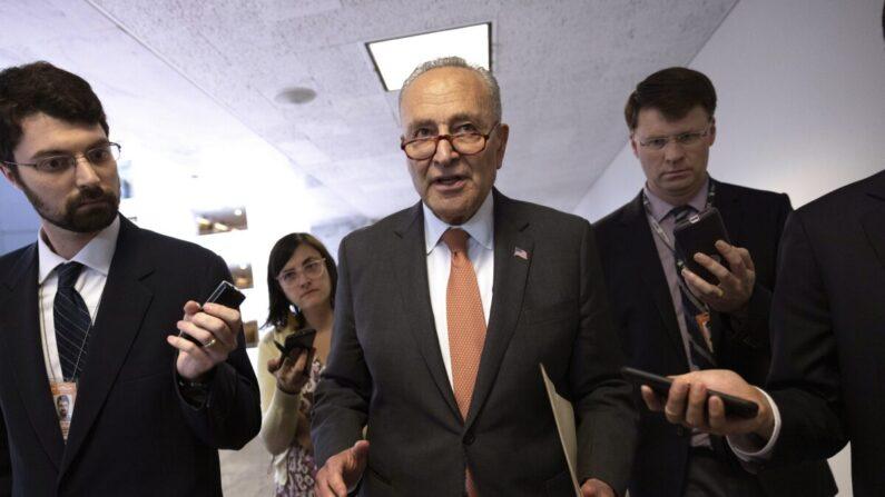El líder de la mayoría del Senado, Charles Schumer ( D-N.Y.), sale de una conferencia de prensa después de un almuerzo demócrata en el Capitolio en Washington el 8 de junio de 2021. (Kevin Dietsch/Getty Images)