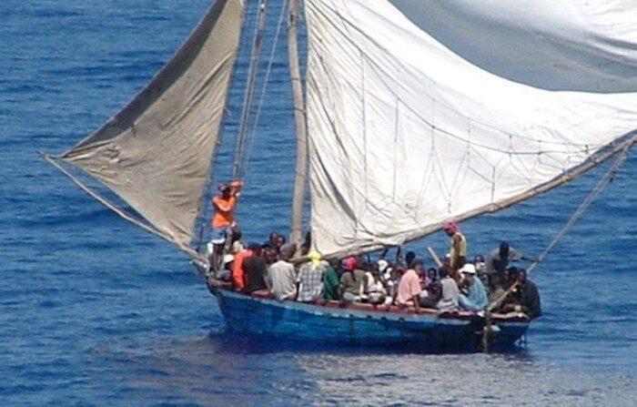 Al menos 17 inmigrantes que llegaron en una embarcación a una pequeña playa del condado de Los Ángeles, California, fueron detenidos este jueves 15 de julio de 2021 tras ser detectados por las autoridades. EFE/Guardia Costera Estadounidense/Archivo