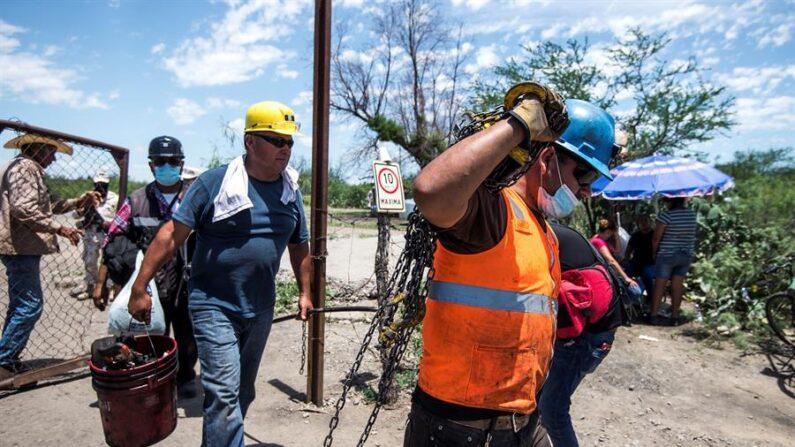 Rescatistas y compañeros de los mineros atrapados realizan labores de rescate el pasado domingo, 6 de junio de 2021, al exterior de una mina en el municipio de Múzquiz, estado de Coahuila (México). EFE/Miguel Sierra