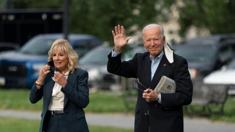El presidente de EE.UU., Joe Biden (d), y la primera dama estadounidense, Jill Biden, salen de la Casa Blanca, en Washington, este 9 de junio de 2021. EFE/Chris Kleponis/Pool