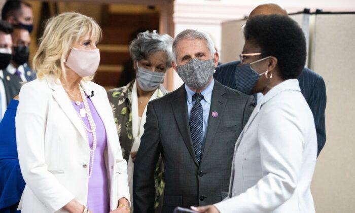 La primera Dama Jill Biden (izquierda) y el Dr. Anthony Fauci (C), director del Instituto Nacional de Alergias y Enfermedades Infecciosas, hablan con miembros de la Iglesia Bautista Abisinia en la ciudad de Nueva York, el 6 de junio de 2021. (Jeenah Moon/Getty Images)