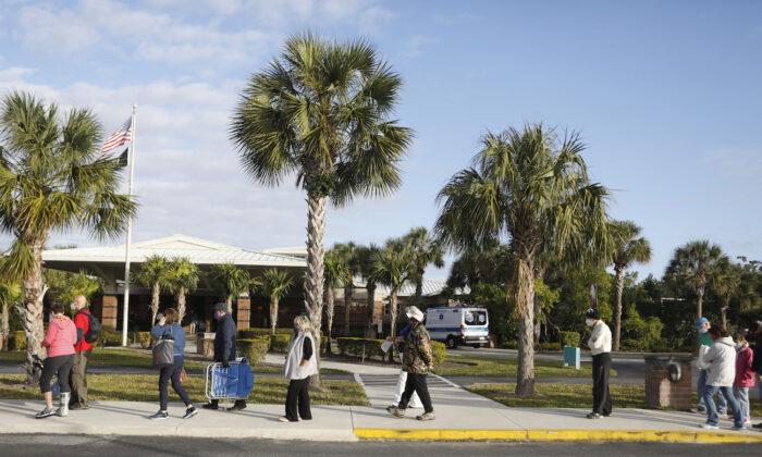 La gente espera en la fila de la Biblioteca Regional de Lakes, en Fort Myers, Florida, el 30 de diciembre de 2020. (Octavio Jones/Getty Images)