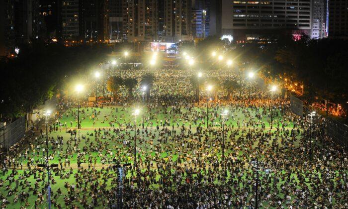 Miles de participantes toman parte en una vigilia en memoria de las víctimas de la masacre de la Plaza de Tiananmen de 1989 en el Parque Victoria de Hong Kong, China, el 4 de junio de 2020. (Sung Pi-lung/The Epoch Times)