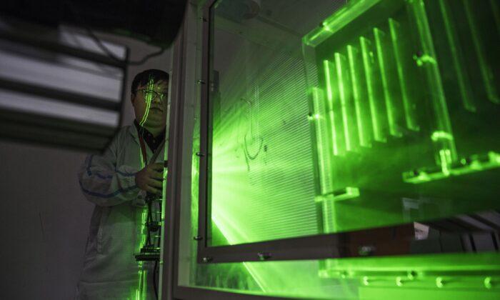 Un ingeniero térmico de Huawei realiza una prueba de calor en el área de investigación y desarrollo del campus de Bantian en Shenzhen, China, el 12 de abril de 2019. (Kevin Frayer/Getty Images)