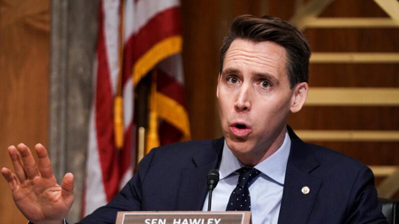 El senador Josh Hawley (R-Mo.) hace preguntas durante una audiencia de la Comisión de Seguridad Nacional y Asuntos Gubernamentales del Senado para discutir la seguridad de las elecciones y el proceso electoral de 2020 en Washington el 16 de diciembre de 2020. (Greg Nash-Pool/Getty Images)