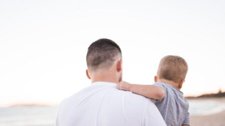 Lo que deben tener los padres para ser hombres en un mundo cada vez más feminizado