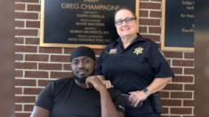 """Hombre angustiado agradece a Dios por policía que le """"cambió el día"""" con oración y le dio un abrazo"""