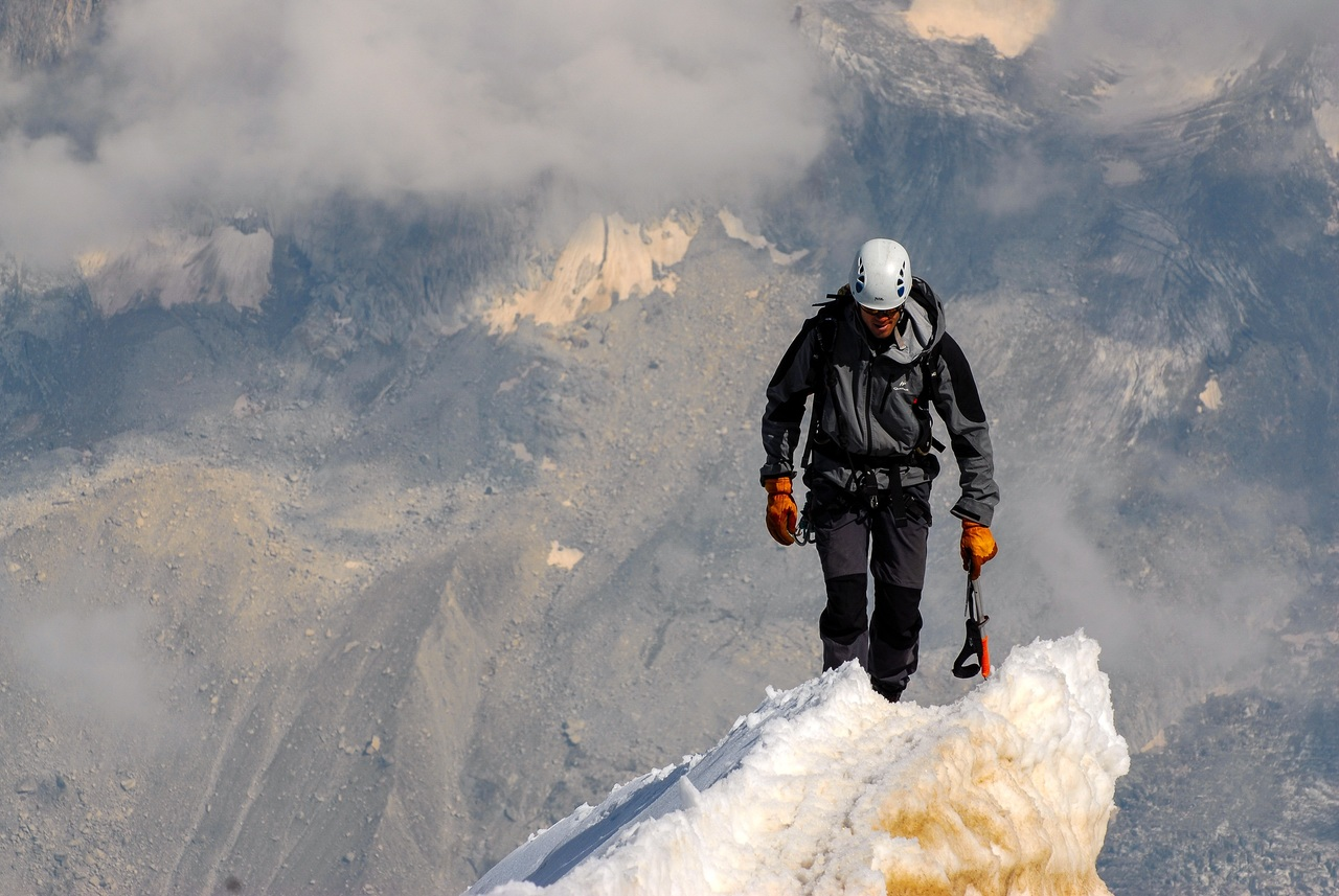Temerario joven atraviesa un acantilado caminando sobre una cuerda floja y logra récord mundial