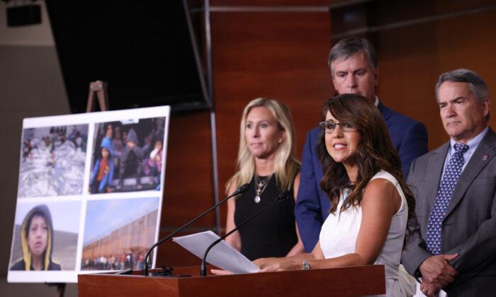 """23 republicanos se movilizan para censurar a Biden por """"abandono del deber"""" en la frontera"""