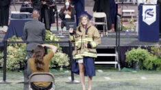 Compañeros de bombero que murió en tiroteo en estación de bomberos asisten a graduación de su hija