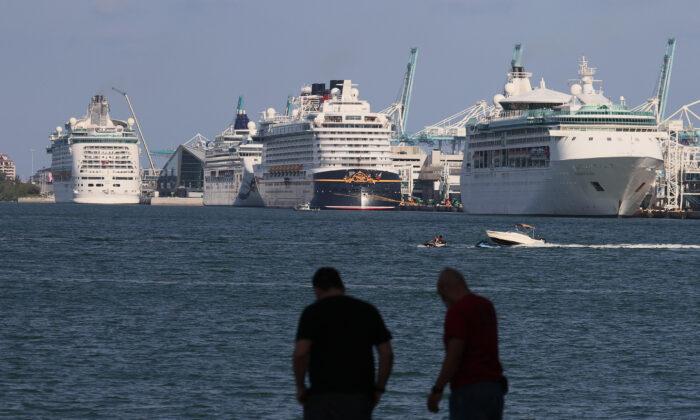 Los barcos de crucero atracan en PortMiami el 26 de mayo de 2021, a la espera que la industria de los cruceros comience a operar de nuevo. Miami, Florida. (Joe Raedle/Getty Images)
