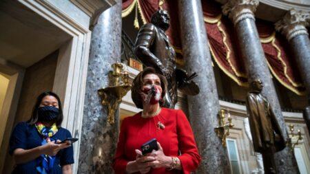 """Omar es un """"miembro valioso"""" del caucus demócrata: """"No la hemos reprendido"""": Pelosi"""