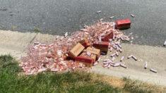 """Padre tira 80,000 monedas frente a casa de su hija como último pago de manutención: """"Fue duro ver eso"""""""