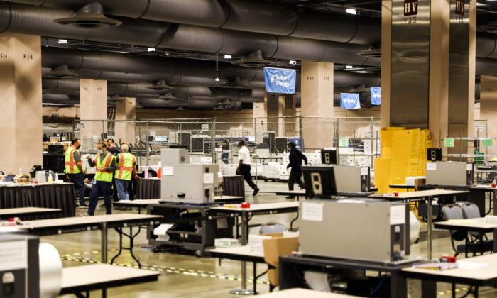 La sala de recuento de votos dentro del Centro de Convenciones de Pensilvania en Filadelfia, Pensilvania, el 6 de noviembre de 2020. (Charlotte Cuthbertson/The Epoch Times)