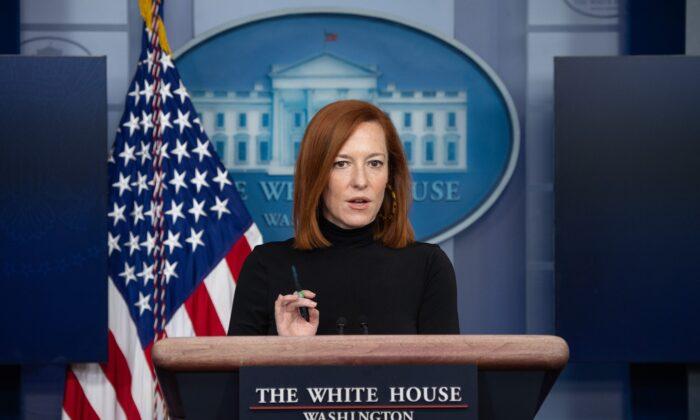 La secretaria de prensa de la Casa Blanca, Jen Psaki, ofrece una rueda de prensa diaria en la Sala de conferencias de prensa Brady de la Casa Blanca, en Washington, el 3 de febrero de 2021. (Saul Loeb/AFP a través de Getty Images)