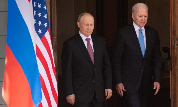 El presidente ruso Vladimir Putin (i) y el presidente estadounidense Joe Biden llegan a una cumbre en Villa La Grange en Ginebra el 16 de junio de 2021. (Saul Loeb/Pool/AFP vía Getty Images)