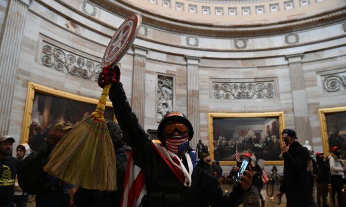 Un grupo de manifestantes entra en la rotonda del Capitolio de Estados Unidos en Washington el 6 de enero de 2021. (Saul Loeb/AFP vía Getty Images)