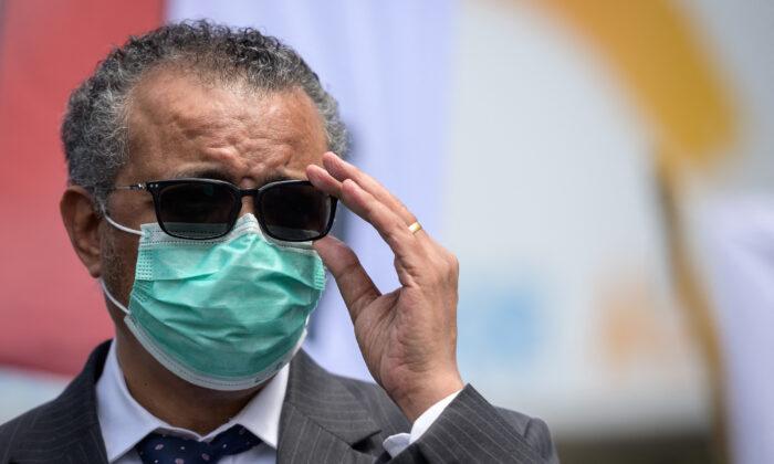 El director general de la Organización Mundial de la Salud (OMS), Tedros Adhanom Ghebreyesus, se ajusta las gafas durante una reunión frente a la sede de la OMS en Ginebra el 29 de mayo de 2021. (Fabrice Coffrini/AFP vía Getty Images)